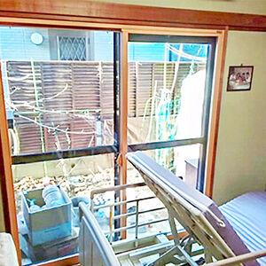 断熱窓で庭からの光が心地よく入る、明るく暖かなお部屋に