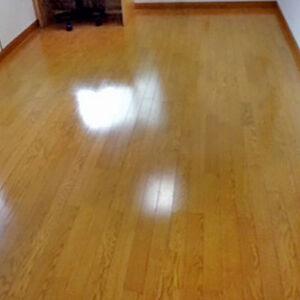 傷んでいた床を艶の美しいフローリングに施工