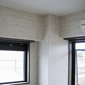 傷んだ壁を木目調クロスに張替えておしゃれな雰囲気に