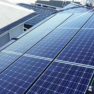 屋根のスペースを使って太陽光パネルを設置、助かる家計料金