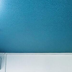シアンとホワイトのクロスで青空のような奥行きを感じる空間に