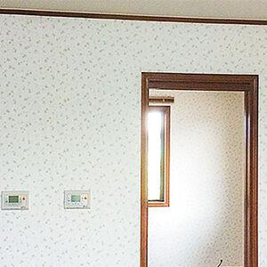 植物柄の柄物クロスで飽きのこない爽やかな部屋へリフォーム