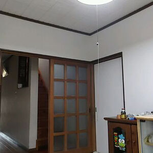 スピーディな作業で年内に完工し壁に輝きが感じられるお部屋に