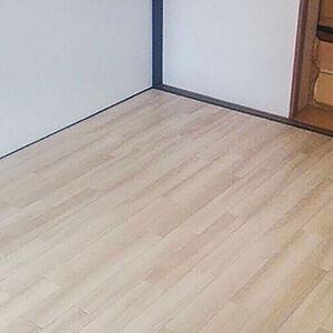 畳を木目調のクッションクロアに張替えて和室から洋室に
