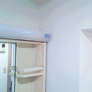 カビの生えた洗面室クロスを石目調の防カビクロスに張り替え