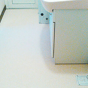 支持のあるベージュのクッションフロア使用で明るくなる洗面所