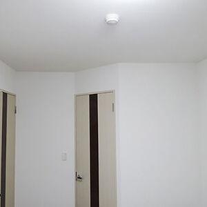 白さの中にほんのりクリーム色で暖かみが出た部屋に