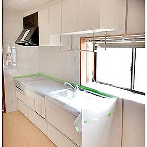 ホワイトキッチンにIHコンロで安全で明るいキッチン空間