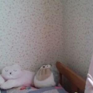ピンクの小物にも合った小花柄の壁紙で可愛い女の子のお部屋