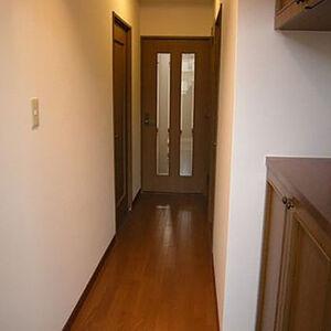 玄関から廊下にかけて明るい印象になる白いクロス