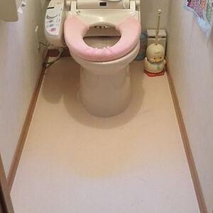 トイレ床にオレンジ系でストーン調のクッションフロアをチョイス