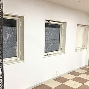 傷んだ壁の下地補修とクロス張替えで店舗のイメージアップ!