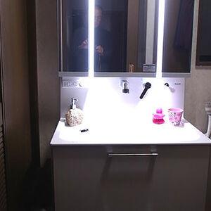 縦照明でお肌が映えて快適に使える洗面台ウツクシーズに交換