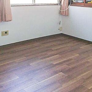 表情豊かな床とアクセントクロスで構成されたお部屋へ