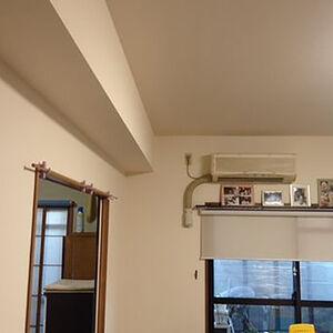 天井高く見せる縦ラインのクロスを使ってお部屋スッキリに