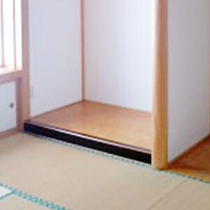 2つの和室デザイン性のある和調クロスに変える