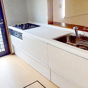 明るく使いやすく収納たっぷりの白い木目調のキッチンラクエラ