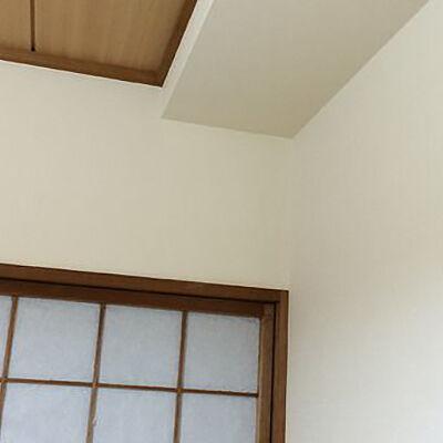 和室にオレンジ系の織物調クロスで落ち着いた空間を演出