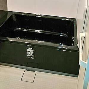 つややかな高級感のあるブラックで引き締まったお風呂へ