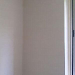 白クロスで統一された清潔感溢れる洋室
