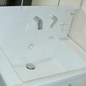 たっぷり入り、出し入れしやすい洗面台のTOTOサクア