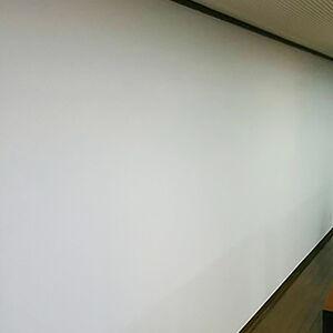 広い食堂の壁を人気のクロスに張替えて清潔感のある空間に