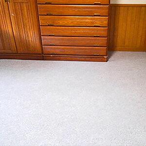 傷みが酷かった床の上にグレーの掃除がしやすいタイルを施工