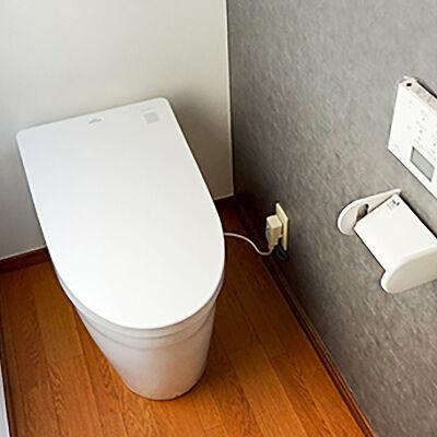 シャープなタンクレストイレでスッキリとしたトイレを演出