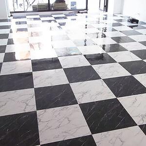 黒と白のフロアタイルを交互にしてオシャレな店舗に変身