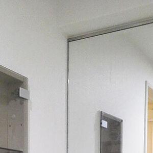 上から下まで白色クロスで統一し明るく演出された洗面所