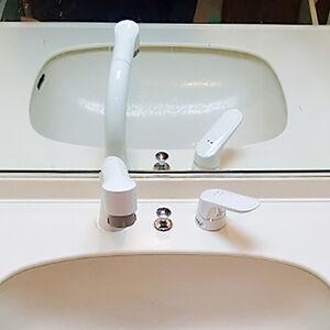 経年劣化で黄ばんだ樹脂製の水栓を交換。清潔感のある洗面台に