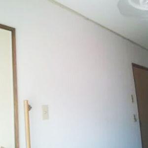 焼けた壁紙を白い壁紙に張替えて清潔感が出た賃貸部屋
