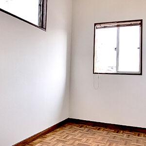 傷みがひどかった洋室も張替えるだけで明るくきれい