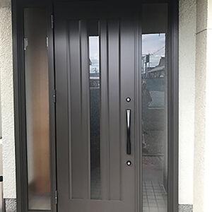 重厚感のあった扉がすっきりとした上質感ただよう玄関に変わる