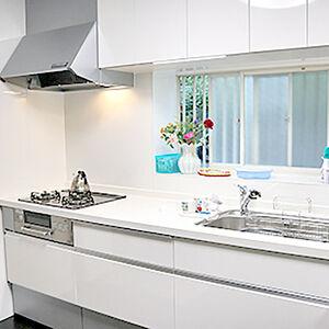 白に統一されたことで全く印象の違う明るい空間のキッチンへ