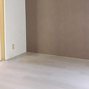クロス、床を同系色で統一し、アクセントクロスでメリハリを