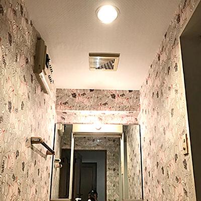 天壁ともにクロスを張り替えて、華やかな印象の洗面化粧台へ