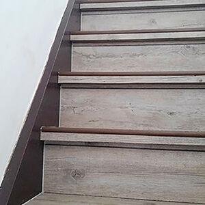 お手入れしやすく丈夫なフロアタイルでおしゃれな階段に