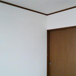 天井と壁で質感の違う織物調のクロスを組み合わせました