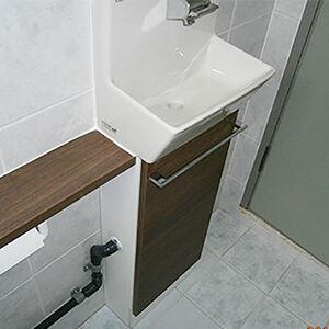 限られたスペースでも手洗器と収納を設置することができます