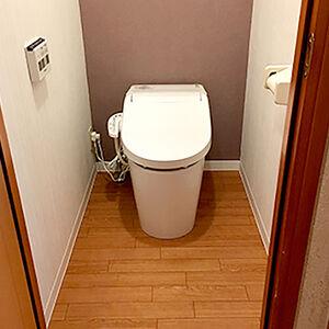 ナチュラルで落ち着いたトイレ空間にたたずむタンクレストイレ