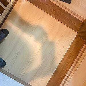 フロアタイルは、リアルな質感と耐久性に優れた床材です